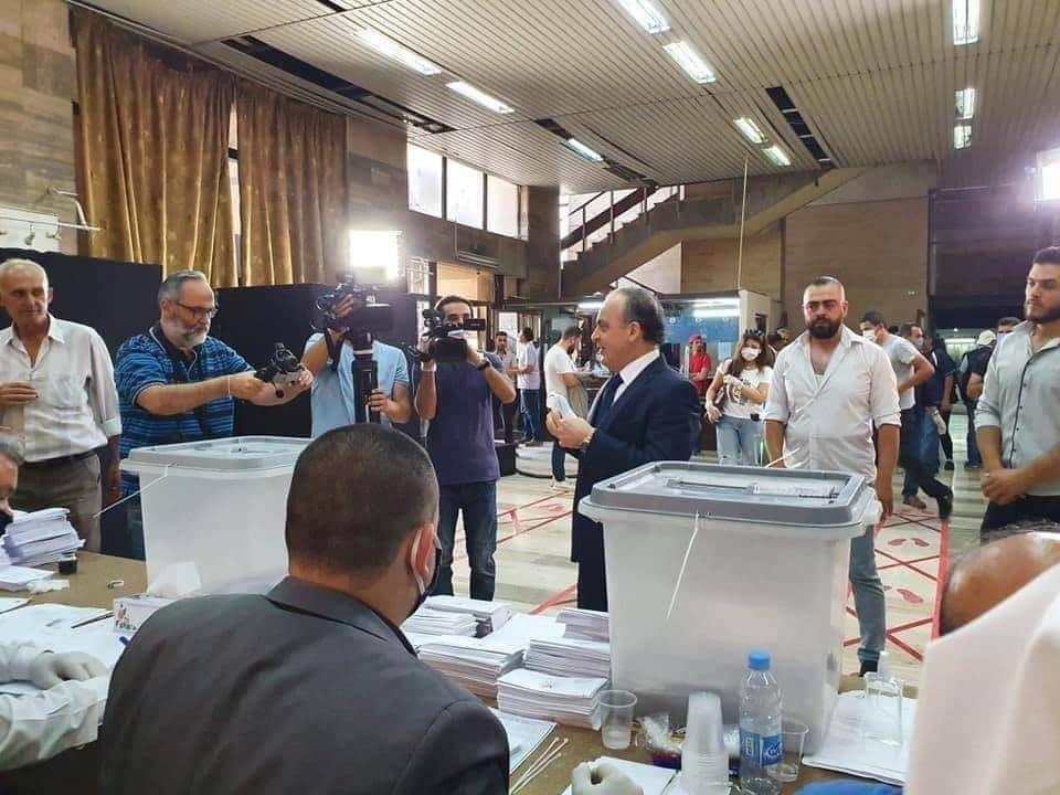 """صورة توضح رئيس الحكومة المُقال من منصبه """"عماد خميس"""" اثناء مشاركته الانتخابات"""